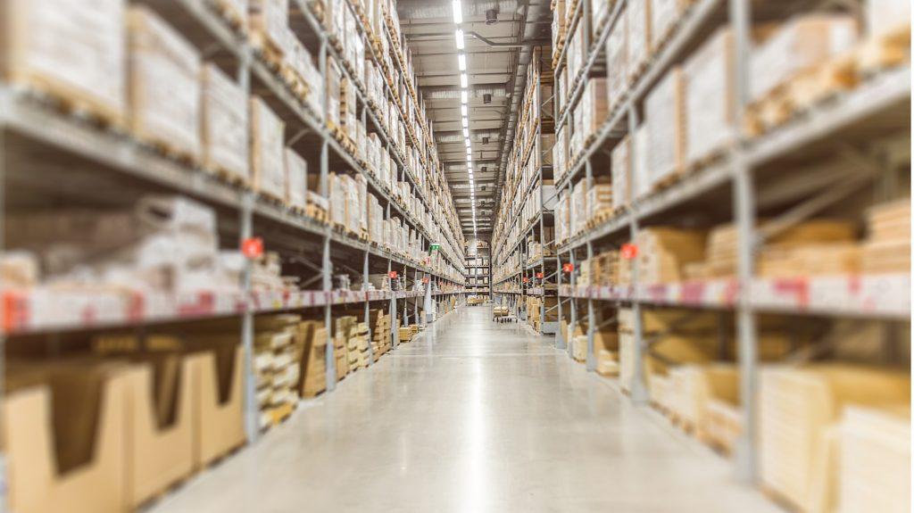 Съхраняване на стоки в склад на Amazon FBA в Англия.